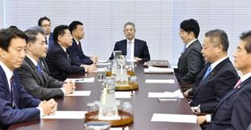 国会内で開かれた衆院憲法審査会幹事懇談会=20日午前
