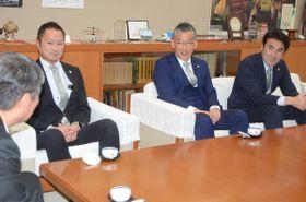 小林眞市長(左)に今季の意気込みなどを披露する(右から)葛野昌宏強化部長、大石篤人監督、細越健太郎代表=23日、八戸市庁