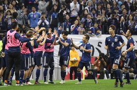 サッカー国際親善試合のウルグアイ戦の後半、自身2点目となる4点目のゴールを決め、喜ぶ南野(右から4人目)ら日本イレブン=16日、埼玉スタジアム