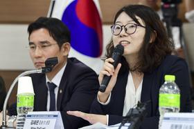 記者会見する金世恩弁護士(右)=16日、ソウル(共同)
