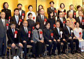 芸術選奨贈呈式で晴れやかな表情を見せる山尾さん(前列左から3人目)と菅原さん(最後列右から2人目)=東京