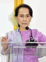 ミャンマーの首都ネピドーで、記者会見するアウン・サン・スー・チー国家顧問兼外相=1月(共同)