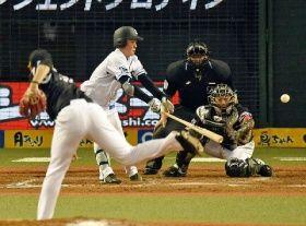 8回無死、千賀(左)から左前打を放つ西武・源田