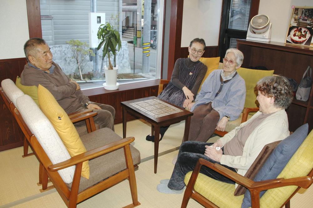 サ高住のリビングで歓談する高齢者
