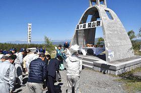 霧ケ峰高原の「霧鐘塔」前で開かれた開山祭