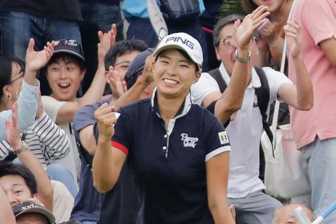 2019年9月22日撮影  女子ゴルフのデサント東海クラシックの16番でチップインバーディーを決め、ガッツポーズの渋野日向子。8月のAIG全英女子オープン以来の優勝を果たした=22日、愛知県美浜町の新南愛知CC