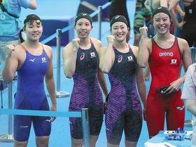 女子400メートルリレー予選を終え、笑顔でガッツポーズする(左から)白井、佐藤、青木智、大本=韓国・光州で(沢田将人撮影)