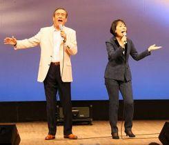 札幌市内で開かれた「スポーツ!北海道フォーラム」で「虹と雪のバラード」を歌うトワ・エ・モワ=3日