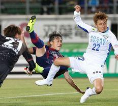前半終了間際、ファジアーノ岡山のイ・ヨンジェ(中央)が同点ゴールを決める=シティライトスタジアム