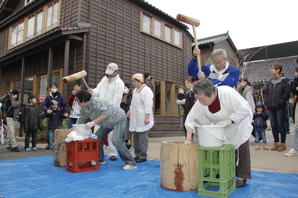 石川県輪島市で開かれた餅つき大会