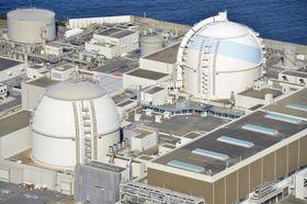 佐賀県玄海町の九州電力玄海原発3号機(右)と4号機