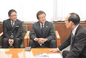 大芝公園でのキャンプを3月に控え、唐木村長(右)と懇談する球団の竹内社長(中央)と飯島副会長