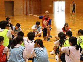仲間と助け合うことの大切さを伝える土屋征夫さん=美濃加茂市本郷町、東中学校
