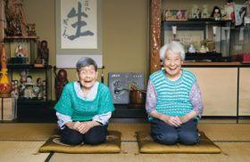 新聞広告に登場する故蟹江ぎんさんの娘2人。三女の津田千多代さん(左)と五女の蟹江美根代さん
