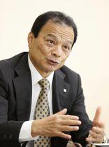 インタビューに応じる東京海上ホールディングスの小宮暁社長