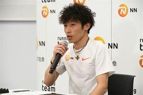 18日の会見でキプチョゲについて語るNNランニングチームの福田穣