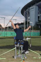 やりを投げる角度を確かめるように練習する小曽根さん=3日、障害者スポーツ文化センター横浜ラポール