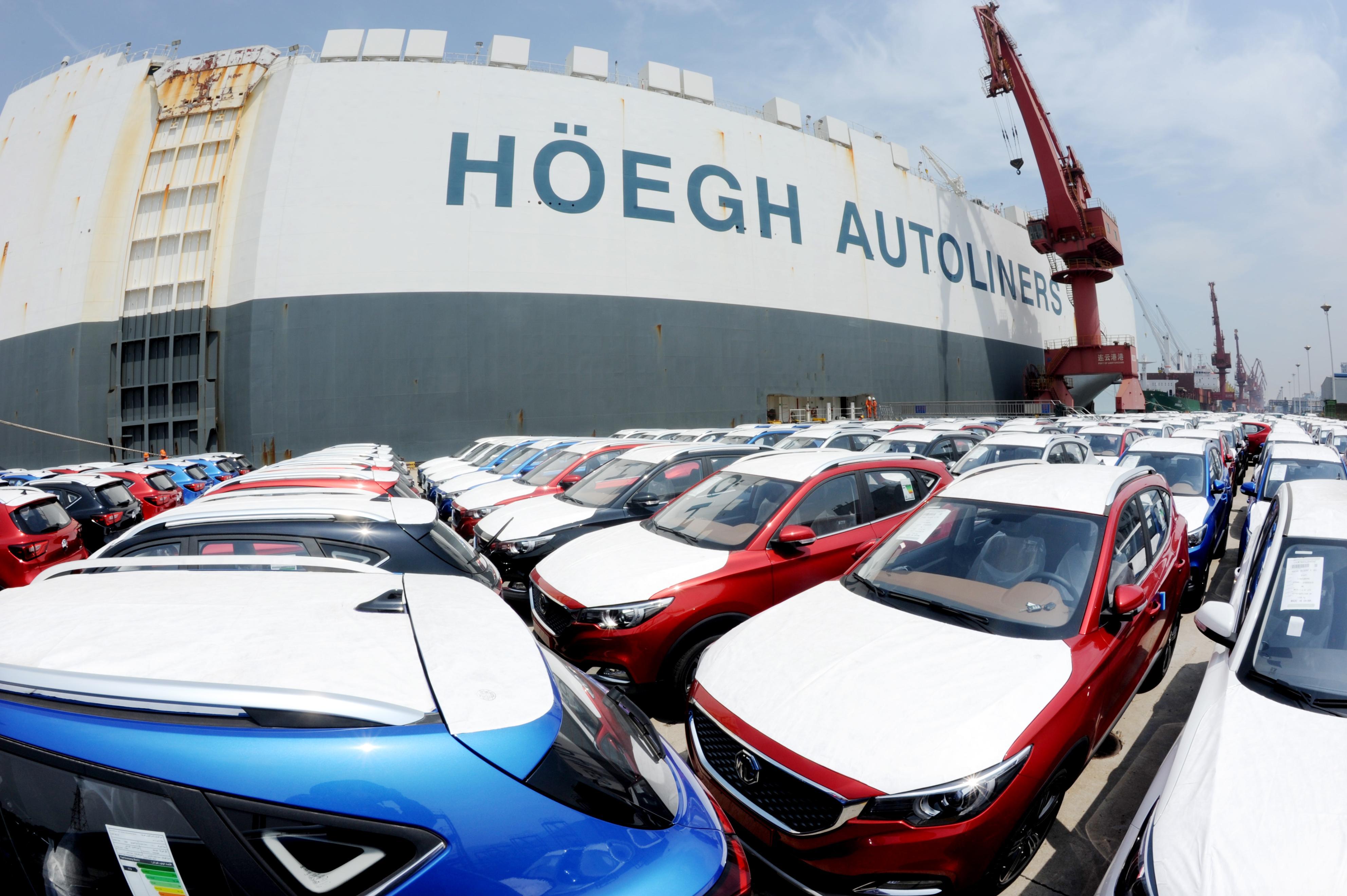 中国江蘇省の港で、船に積まれるサウジアラビア向けの輸出車=18日(ゲッティ=共同)