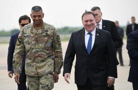 韓国・烏山の米空軍基地に到着したポンペオ米国務長官(右)=13日(ロイター=共同)