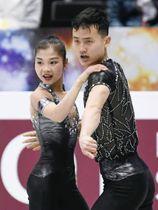 ペアSP 演技する北朝鮮のリョム・テオク(左)、キム・ジュシク組=さいたまスーパーアリーナ