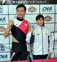 大会で着用するユニホームを披露しポーズを決める髙橋(左)と堀口