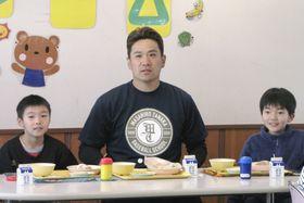 仙台市の東宮城野小を訪問し、児童と給食を食べる米大リーグ、ヤンキースの田中=24日
