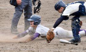花巻北-花巻東 10回裏花巻東2死一塁、水谷がサヨナラとなる二塁打を右越えに放ち、一走中森が生還する。捕手高橋=県営