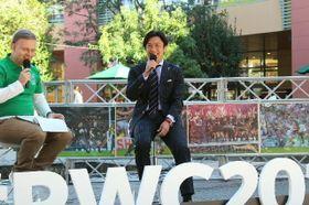 トークをする元ラグビー日本代表の大畑大介さん(右)=13日午後、大分市のパークプレイス大分