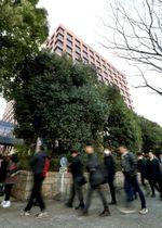 判決が言い渡される元女子学生の控訴審の傍聴券を求め並ぶ人たち=23日午前、名古屋高裁前