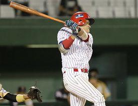 九回信濃2死一、三塁、松井が左前適時打を放ち、1点差に追い上げる