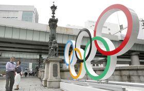 2020年東京五輪開幕まで1年を前に、日本橋のたもとに設置された五輪マーク=23日午後、東京都中央区