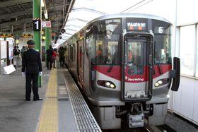 約5カ月ぶりに全線復旧したJR呉線=15日午前、広島県三原市