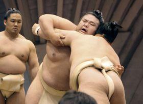 相撲を取る稽古を始めた貴景勝(中央)=13日、神奈川県藤沢市