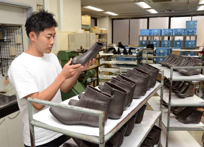傷がないか靴を検品する上田誠一郎さん