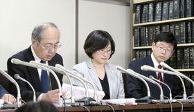 提訴後に記者会見する消費者機構日本の和田寿昭理事長(右)ら=17日午後、東京・霞が関の司法記者クラブ