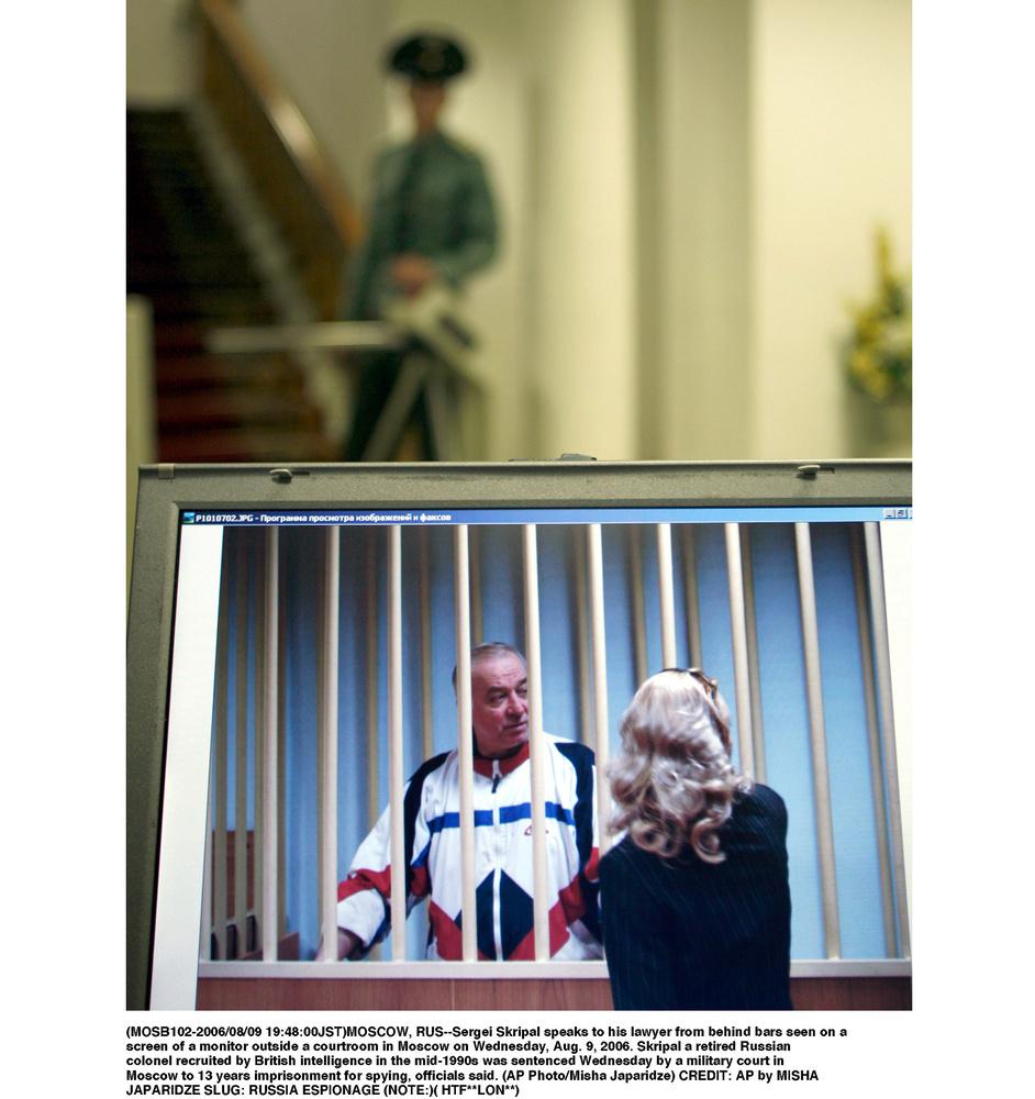 2006年8月9日、法廷外のモニターに映ったセルゲイ・スクリパリ被告(左)(AP=共同)