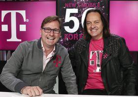 TモバイルUSのシーベルト社長兼COO(左)とレジャーCEO=7日、ニューヨーク(AP=共同)