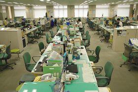 午前9時を過ぎても、ほとんどの職員が出勤せず、静まり返った都庁のフロア=22日午前9時15分(岡本太撮影)