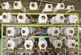 夏本番を前に、次々と生産される萬古焼の蚊やり豚=22日、三重県菰野町の松尾製陶所で(大橋脩人撮影)