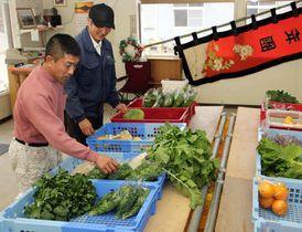 農家が持ち寄った野菜を並べる古田さん(左)たち