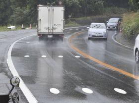 国道18号碓氷バイパスにペイントされた水玉模様の路面標示=15日、群馬県安中市
