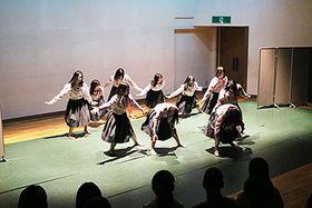 創作ダンスを披露する生徒