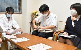 小室淳院長(左)にアドバイスをもらう村山産業高農業部の生徒=村山市・小室医院