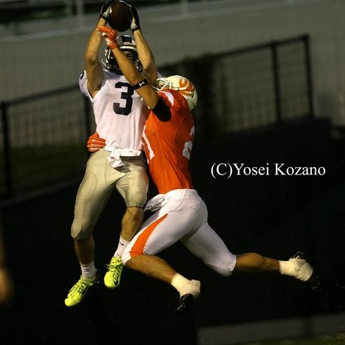 第3Q、アサヒビールWRウィルソンがジャンプしてTDをパスをキャッチ=撮影:Yosei Kozano