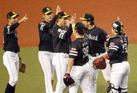 日本シリーズ進出を決め、喜ぶ柳田(左から3人目)らソフトバンクナイン=メットライフドーム