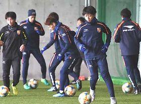 ドリブルの練習をする堂安(右から2人目)らAC長野の選手