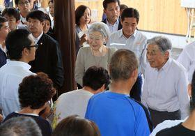 愛媛県西予市を訪れ、西日本豪雨の被災者を見舞われる天皇、皇后両陛下=21日午後(代表撮影)