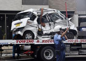事故で大破した軽ワゴン車=23日午前9時23分、神戸市須磨区