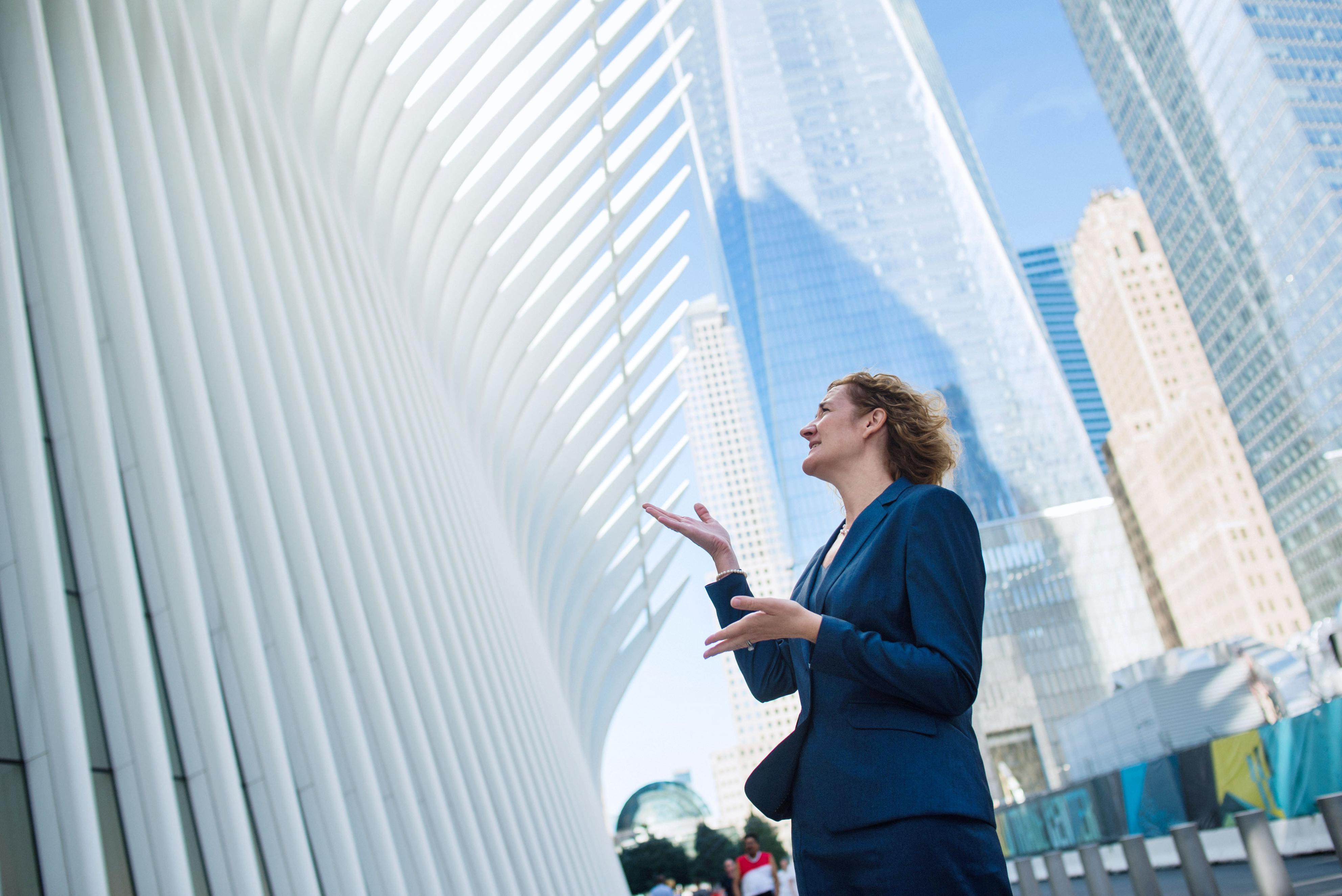 世界貿易センタービル跡地近くにできた交通ハブ「オキュラス」の前で晴れやかな表情を見せるテロ遺族のキャサリン・リチャードソン。悲しみをくぐり抜け、今ある人生を生きている=米ニューヨーク(撮影・ライアン・クリストファー・ジョーンズ、共同)