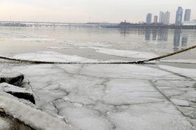 氷が張った韓国・ソウルの漢江=15日(共同)